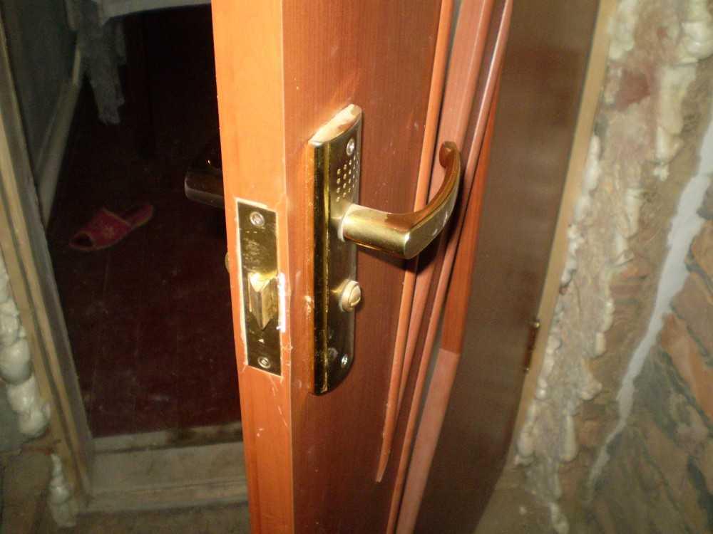 Установка замка в деревянную дверь своими руками